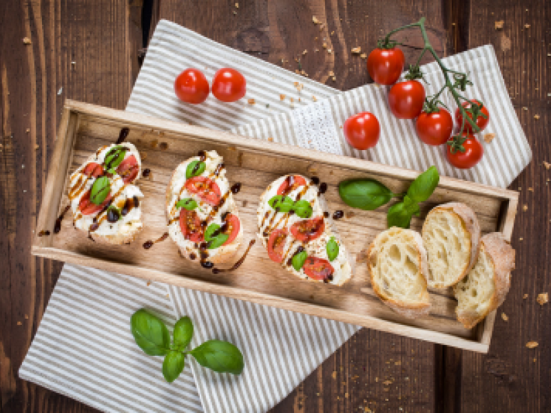 Bruschetta s burratou, paradajkami a balzamikovou redukciou
